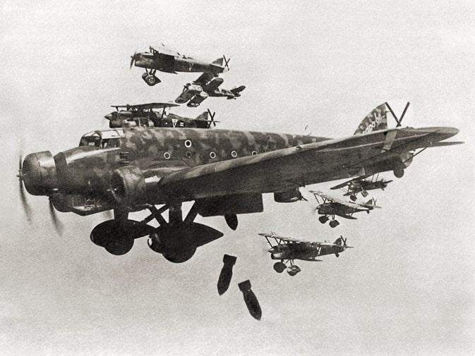 Avion de la Legion Condor bombardeando barcelona