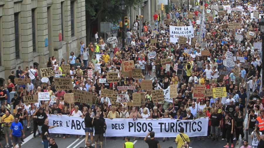 marcha en barcelona en contra de los pisos turisticos