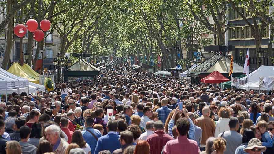 la rambla de barcelona en verano llena de turistas