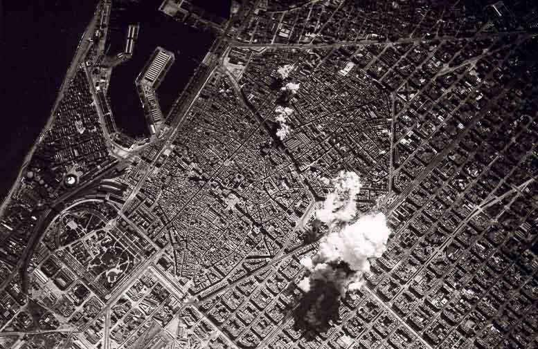 Foro Bombardeo en la ciudad de Barcelona desde el cielo