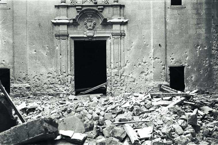 escombros de la plaza Sant Felipe Neri despues del bombardeo durante la Guerra Civil Española