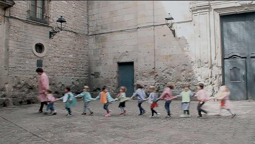 niños jugando en la plaza de sant felipe neri